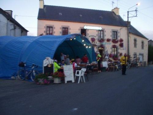 Bar restaurant ouvert à St Martin des prés(22320) nuit 21-22 20030820_0718_saint_martin_des_pres01g